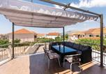 Location vacances Okrug - Eight-Bedroom Holiday Home in Okrug Gornji-1