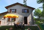 Location vacances  Province de Pesaro et Urbino - Country house in Marche with lush green garden-1