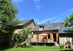 Location vacances  Nièvre - Bright holiday home in Gacogne with coulourful garden-1