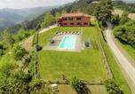 Location vacances  Province de Forlì-Césène - Sprawling Villa in Tredozio Tuscany with Pool-2