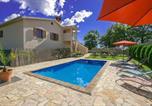 Location vacances Tinjan - Villa Sadina-1