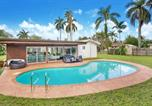Location vacances Miami Lakes - Lux Modern 4 Br with Pool, Cinema-Room & Bar Area!-1