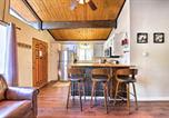 Location vacances Big Bear City - Cozy Big Bear Cabin with Spacious Deck and Fireplace!-4