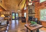 Location vacances Sevierville - Charming Cabin w/Hot Tub - 3 Mi to Dollywood!-2