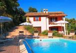 Location vacances  Province de Pesaro et Urbino - Luxurious Villa in Marche with Swimming Pool-1