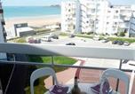 Location vacances  Vendée - Apartment Saint gilles croix de vie - au pied de la grande plage vue laterale mer-1