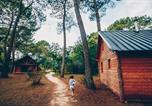 Camping avec Piscine couverte / chauffée Centre - Village Huttopia Lac de Rillé-4