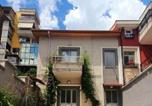 Location vacances Tirana - A Cheerful 2-bedroom villa with free parking space-1