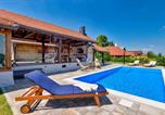 Location vacances Kalnik - Stunning home in Martinkovec w/ Outdoor swimming pool, Sauna and 3 Bedrooms-1