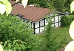 Location vacances Rotenburg an der Fulda - Detached bungalow with oven, located in a wooded area-1