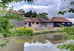Location vacances Chiddingly - Rustic Holiday Home in Hailsham Kent with Duck Pond-2