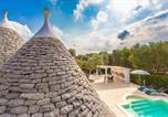 Location vacances  Province de Brindisi - Trullo del Mandarino con piscina-2