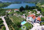 Location vacances Ploče - Apartment with 2 bedrooms in Ploce with wonderful sea view private pool furnished balcony 4 km from the beach-2