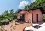 Location vacances  Province du Verbano-Cusio-Ossola - Lovely Apartment in Oggebbio with Swimming Pool-1
