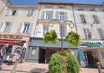 Location vacances  Alpes-Maritimes - 61 Place Nationale-1