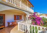 Location vacances Seget Vranjica - Three-Bedroom Apartment in Seget Vranjica-1