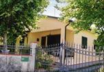 Location vacances  Province de Massa-Carrara - Villa with garden and parking space near the Tuscan Coast-3