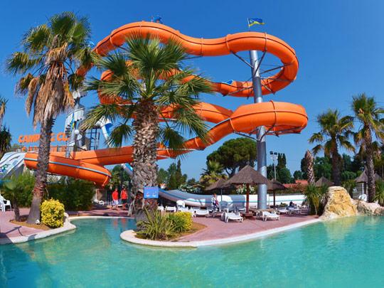 Dossier th matique les 10 plus beaux parcs aquatiques de camping for Piscine cascade toboggan